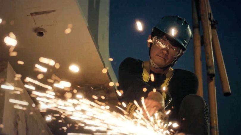 《做工的人》柯叔元飾演鐵工,性格寡言與劇中哥哥李銘順感情要好。(圖/大慕影藝提供)
