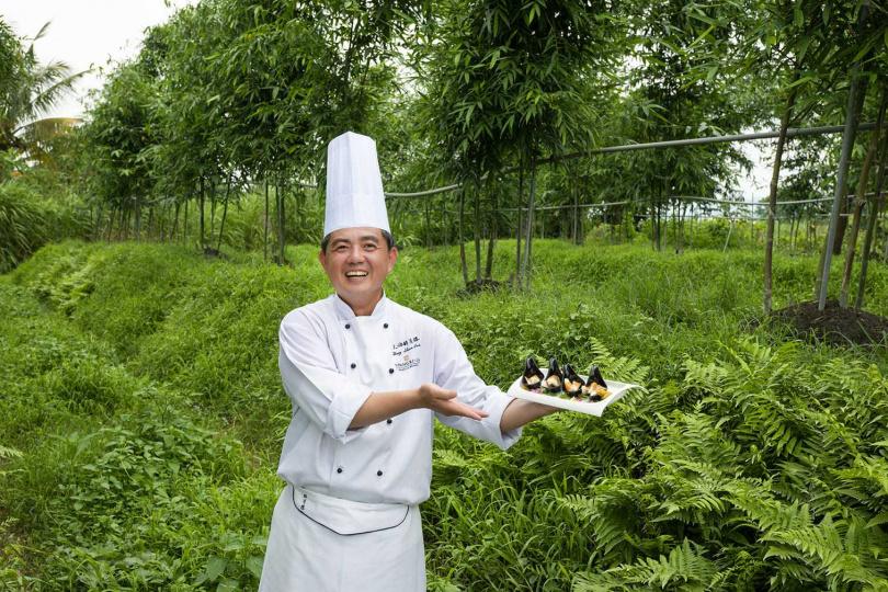 主廚賴忠舜前往筍農園採筍,奉行從產地到餐桌。(圖/香格里拉台北遠東國際大飯店提供)