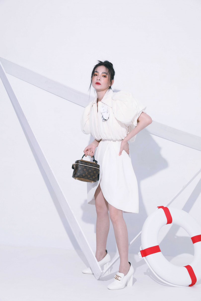LOUIS VUITTON白色洋裝/,元;VANITY PM手袋/86,000元;SWIFT高跟便鞋/40,000元(圖/戴世平攝)