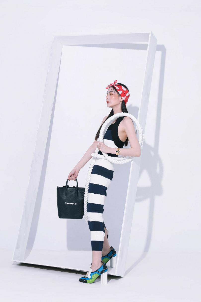 LACOSTE橫條紋直筒洋裝/元;黑色LOGO字體肩背包/7,680元;紅色印小白帽三角巾/2,280元,LOUIS VUITTON鞋款/價格店洽。(圖/戴世平攝)