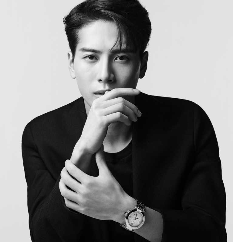 新生代全才歌手王嘉爾(Jackson Wang),勇於做自己的奮進態度,與CARTIER「Pasha de Cartier系列」腕錶的創新理念不謀而合。(圖╱CARTIER提供)