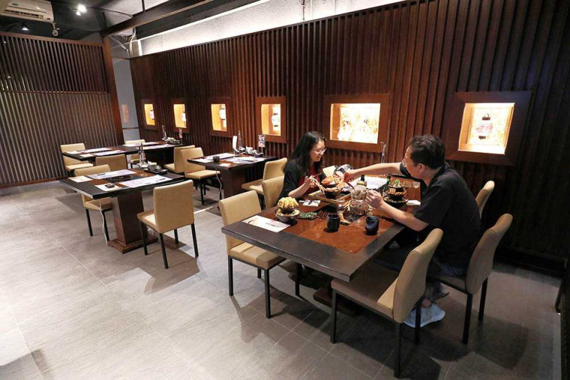「食指大丼丼飯專賣」從外觀到用餐區,都充滿日式氛圍。(圖/于魯光攝)