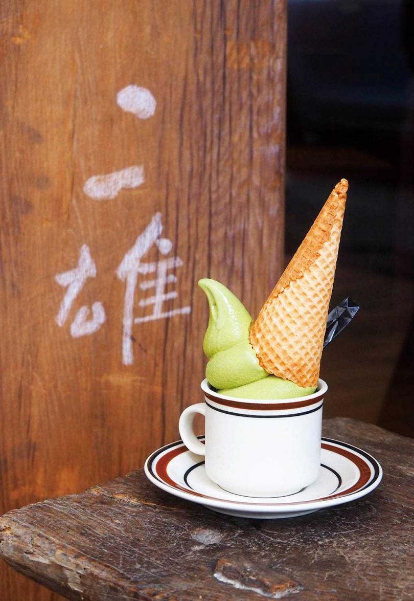 「抹茶捏捏霜淇淋」微苦甘香,可選搭珍珠或餅乾甜筒,胖胖的身軀很快就會融化,記得快點品嘗。(100元)(圖/魏妤靜攝)