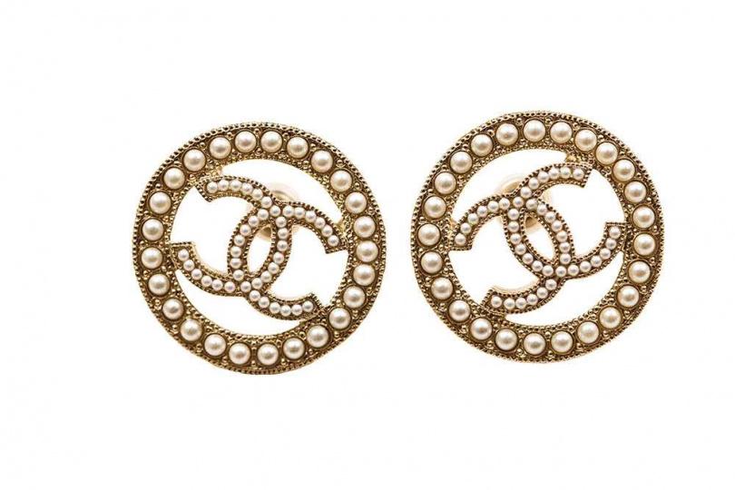 CHANEL圓形珍珠耳環/12,000元(圖/莊立人攝)