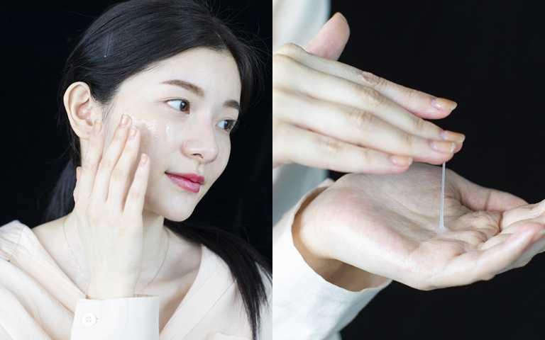 """帶有彈性的""""牽絲""""質地也是備受好評的原因,這不是因為很黏稠,而是因為運用了智能緊實薄膜技術,所以在擦塗時妳可以明顯感受到精華液能完整包覆肌膚,肌膚更緊實。(圖/品牌提供)"""