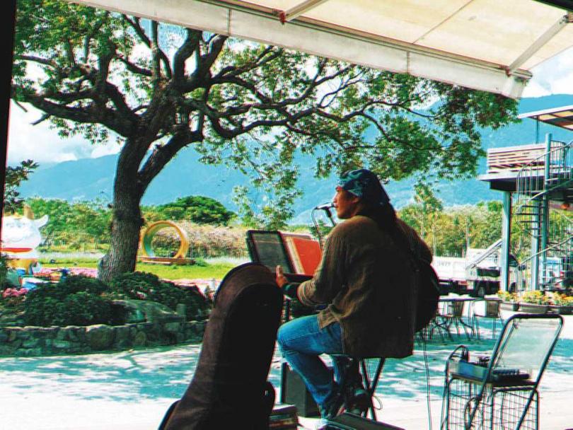 楊小黎在咖啡廳遇到音樂館的駐唱藝術家,當下就被對方的歌聲打動。(圖/楊小黎提供)
