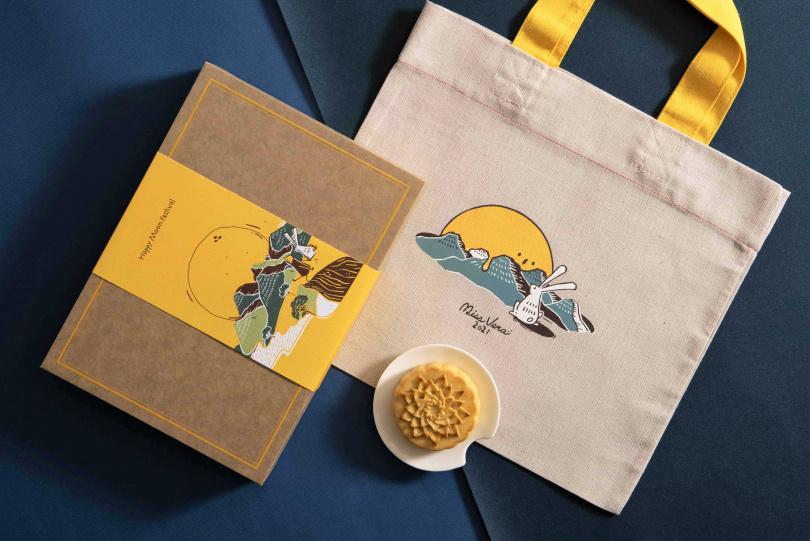 「鳳梨奶黃月餅禮盒」所調製的配方比例相較於傳統月餅,風味更加清爽。(圖/微熱山丘)