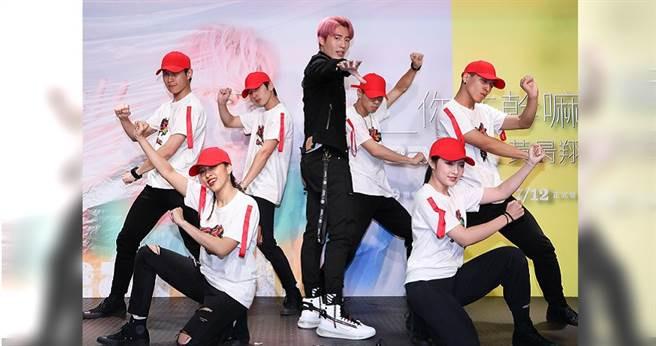 黃昺翔(中)帶6位舞者演唱主打歌〈甜不辣〉。(攝影/張祐銘)