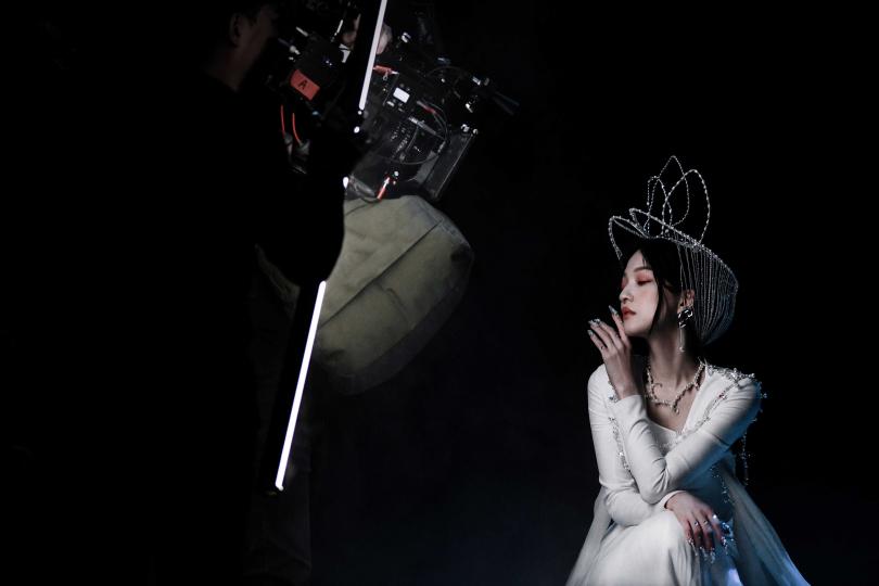 以純白的裙裝現身的張韶涵,仙氣飄飄。(圖/心喜文化提供)