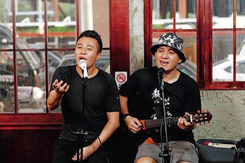 威浪和小沙喜歡在餐廳裡唱歌給大家聽,許多客人是衝著他們而來。(圖/于魯光攝)