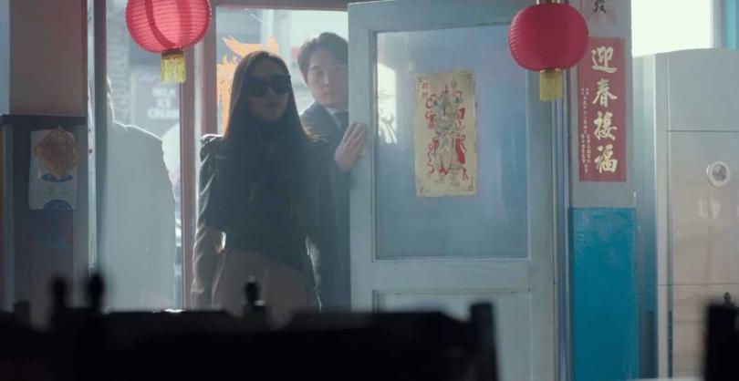 餐廳門邊的「迎春接福」春聯出自台北松山慈祐宮。(圖/Netflix提供)