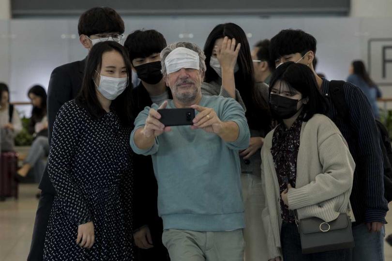 亞倫夏巴在仁川機場展開網路尋人,意外讓自己變成網紅。(圖/采昌提供)