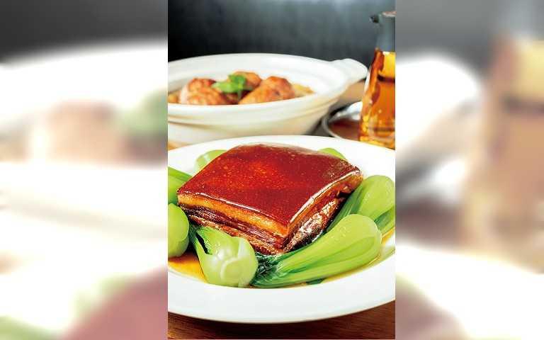 「東坡肉」醬香四溢,肉感Q彈,超級下飯。(699元)(圖/張祐銘攝)
