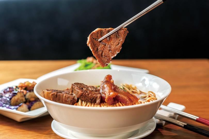 「紅燒牛肉麵」牛骨湯頭馨香濃郁,搭配獨家雞蛋麵,嘗起來格外甘美。(260元)(圖/張祐銘攝)