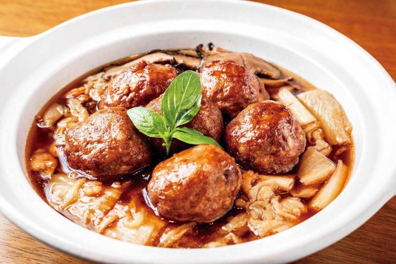 「紅燒獅子頭」肉質吸滿了湯汁的精華,彈嫩且入口即化。(499元)(圖/張祐銘攝)