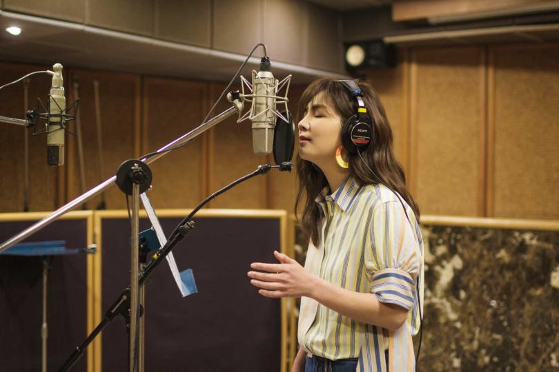 新歌寫出為人母的心情和心聲,Ella更因唱得有感,一度淚灑錄音室。(圖/寬魚/勁樺提供)
