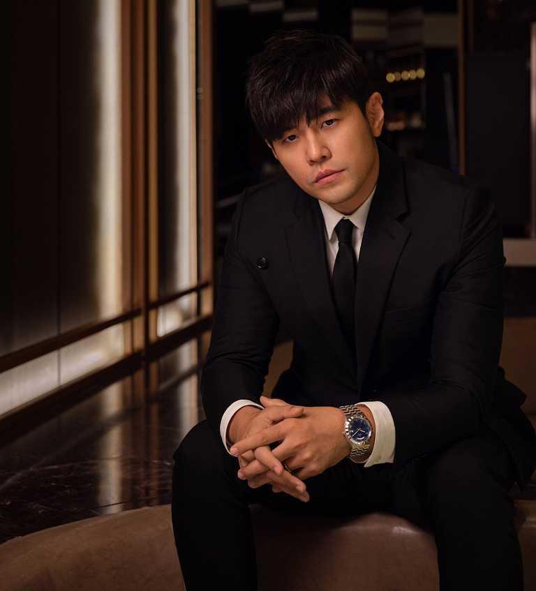 周杰倫一身黑色正裝搭配黑色領帶,佩戴TUDOR「Royal皇家系列」腕錶,展現優雅紳士風範。(圖╱TUDOR提供)