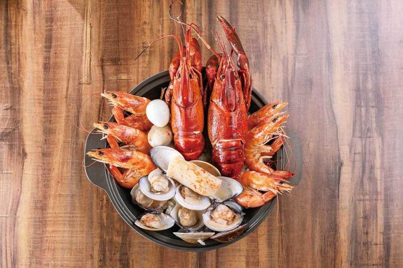 「雙龍痛瘋粥」上桌時,趴在鍋邊的兩隻小龍蝦,氣勢驚人。(388元)(圖/張祐銘攝)