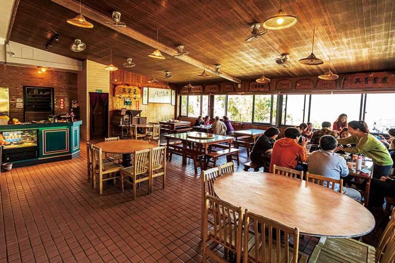 老字號的「美佳茶園」餐廳,以原木桌椅展現純樸氣息。(圖/林士傑攝)