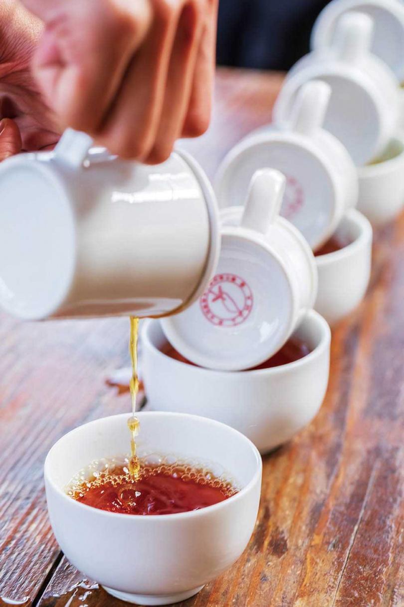以比賽鑑定的等級,教人如何觀茶湯、聞茶香、品滋味。(黃金品評體驗/400元)(圖/林士傑攝)