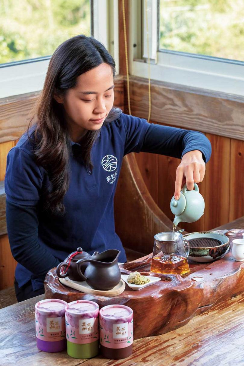 姊姊張倞霖會在介紹茶山歷史後,帶領客人品茗鐵觀音、包種茶及鐵觀音紅茶3款在地茶。(圖/林士傑攝)