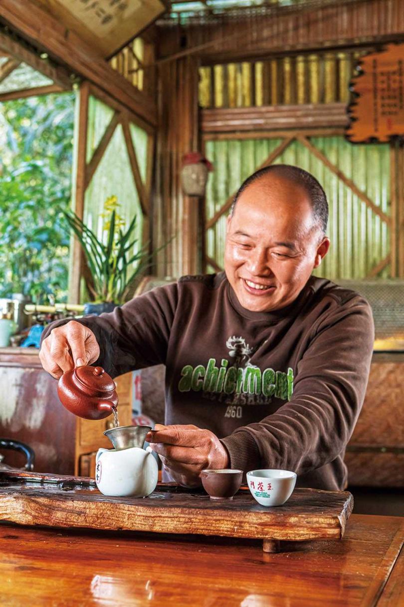 志向為有機農耕的張福欽,推廣至今已有5、6家在地茶農加入有機行列。(圖/林士傑攝)