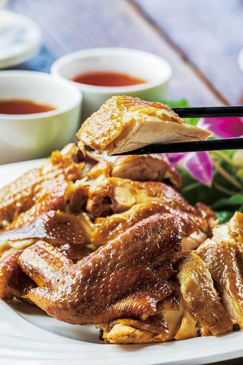 現點現燻的「鐵觀音茶燻雞」製作時間較長,建議客人事先預約。(550元/半隻)(圖/林士傑攝)