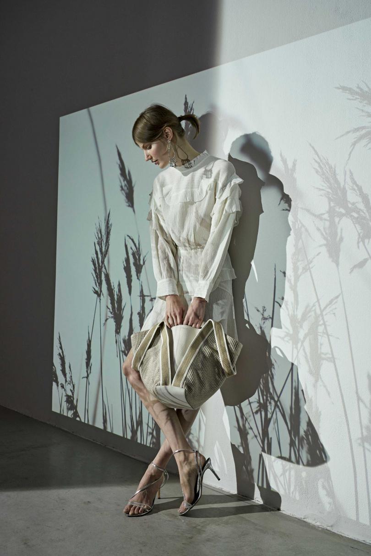 以一個包款雙重造型令人印象深刻的Asia雙造型包,採用柔和的粉彩色調和輕盈的草編元素,重新定義夏日包袋時尚。