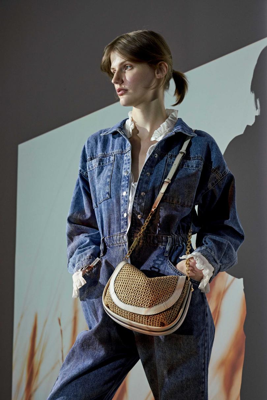 Diana 草編鉤織肩背包 NT $16,800。草編鉤織的袋身、掀蓋,拼接米白色皮革的飾邊、提把與肩帶,優雅且充滿度假氛圍。