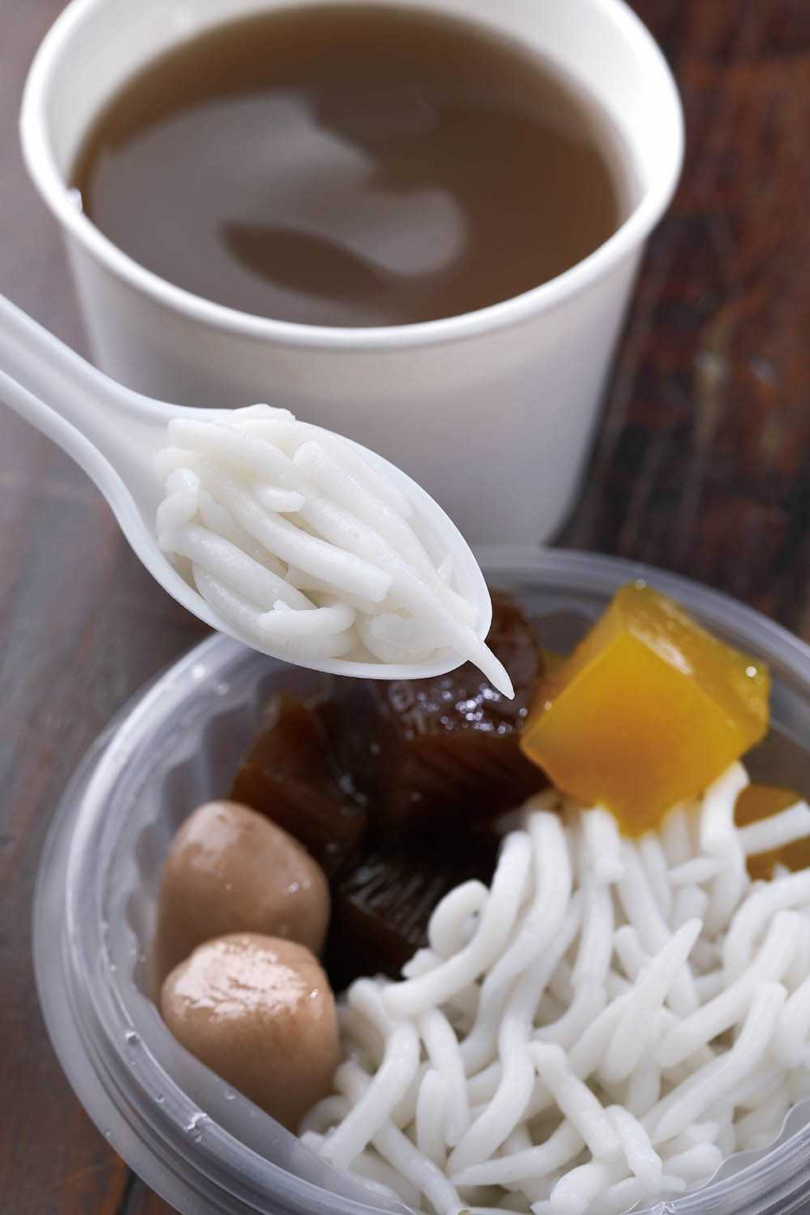 天氣較熱時,「紅豆綜合湯」會加入口感「咕溜」的米苔目,搭配紮實的粉粿、芋圓,愈嚼愈香。(60元)(圖/于魯光攝)