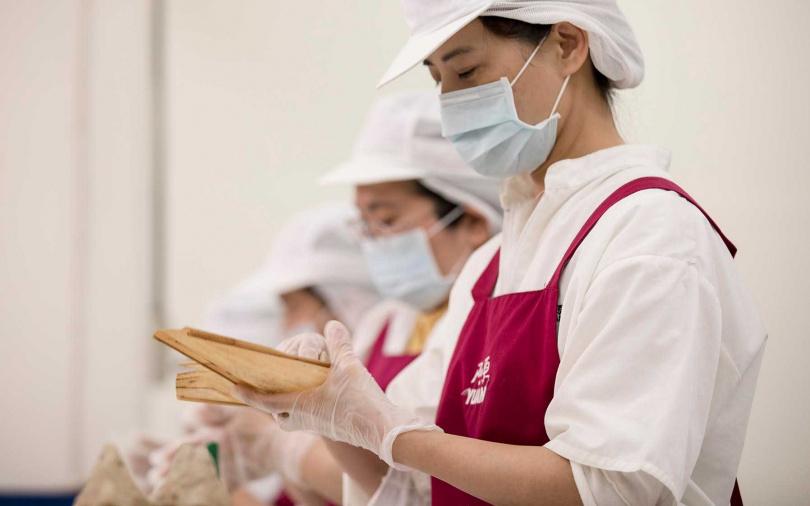 透過皂師巧手將藥草皂揉捏成粽,一層又一層包藏蕙心。(圖/品牌提供)