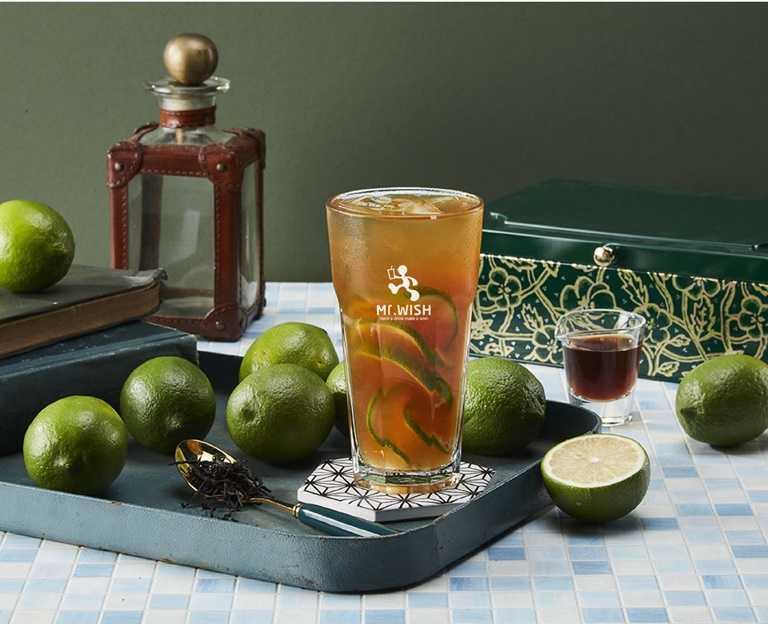 「凍檸茶」藉著新鮮檸檬片與特調紅茶結合,入口清爽酸甜,十分消暑。(40元)