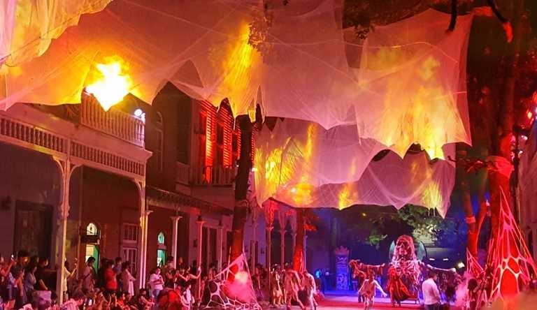 夜間遊行加上天幕投影及燈光聲效,鬼魅氣氛十足,媲美國際級大秀。