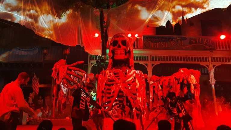 巨型骷髏鬼王現身夜間遊行。