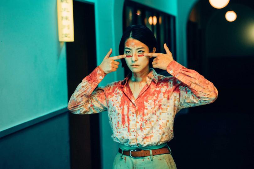 賴雅妍在片中特別有血腥造型。(圖/華映提供)
