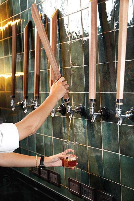 借用啤酒的技術以拉霸出茶,減少茶湯與空氣直接接觸而變質。(圖/于魯光)