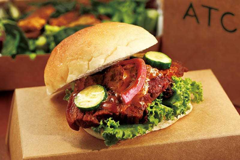 「台式五花腩堡」的漢堡以2種麵粉製作,夾入肥而不膩的五花腩,是店內招牌的中式漢堡。(180元)(圖/于魯光)