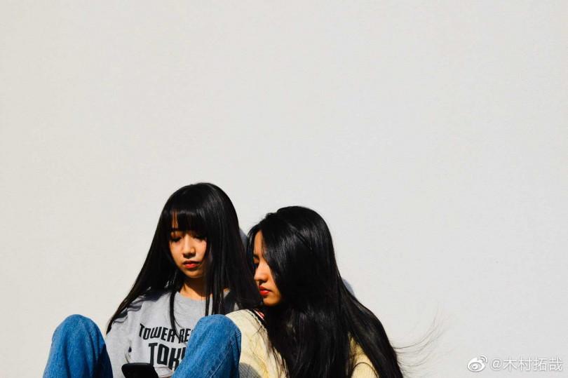 木村拓哉在微博放上兩個女兒合照,要她們盡情飛翔。(翻攝木村光希微博)