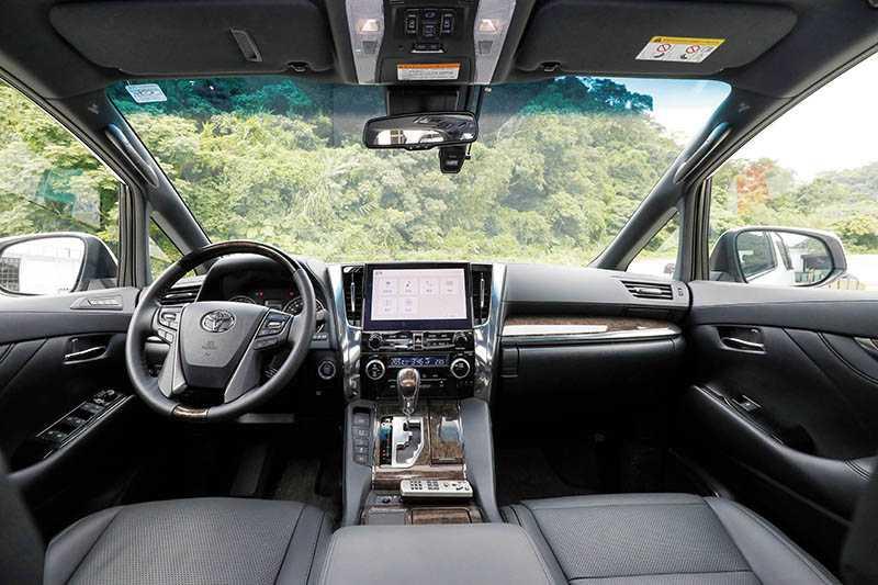 駕駛艙架構變化不大,木紋飾板改為深色,車門板則是更有質感的軟塑膠搭配縫線。