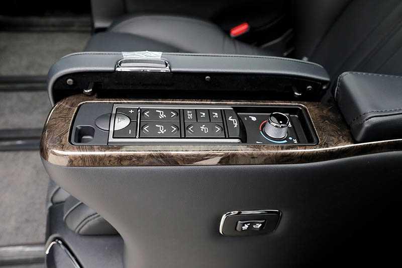 扶手內設有隱藏式置杯架及折疊式小桌,讓第二排乘客能在車上辦公或用餐;另一側扶手內則可調整座椅;後座上方是13.3吋的電動收折螢幕,可透過Miracast鏡射手機螢幕。(圖/王永泰攝)
