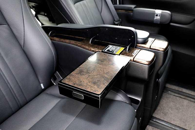 扶手內設有OYOTA Sienna及折疊式小桌,讓第二排乘客能在車上辦公或用餐;另一側扶手內則可調整座椅;後座上方是13.3吋的電動收折螢幕,可透過Miracast鏡射手機螢幕。(圖/王永泰攝)