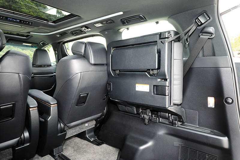 需要大量載物空間時,第三排座椅可獨立向左右兩側翻折。