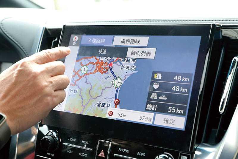中控台觸控螢幕從8吋升級成10.5吋,並具備中文導航與Apple CarPlay/Android Auto連線功能。(圖/王永泰攝)