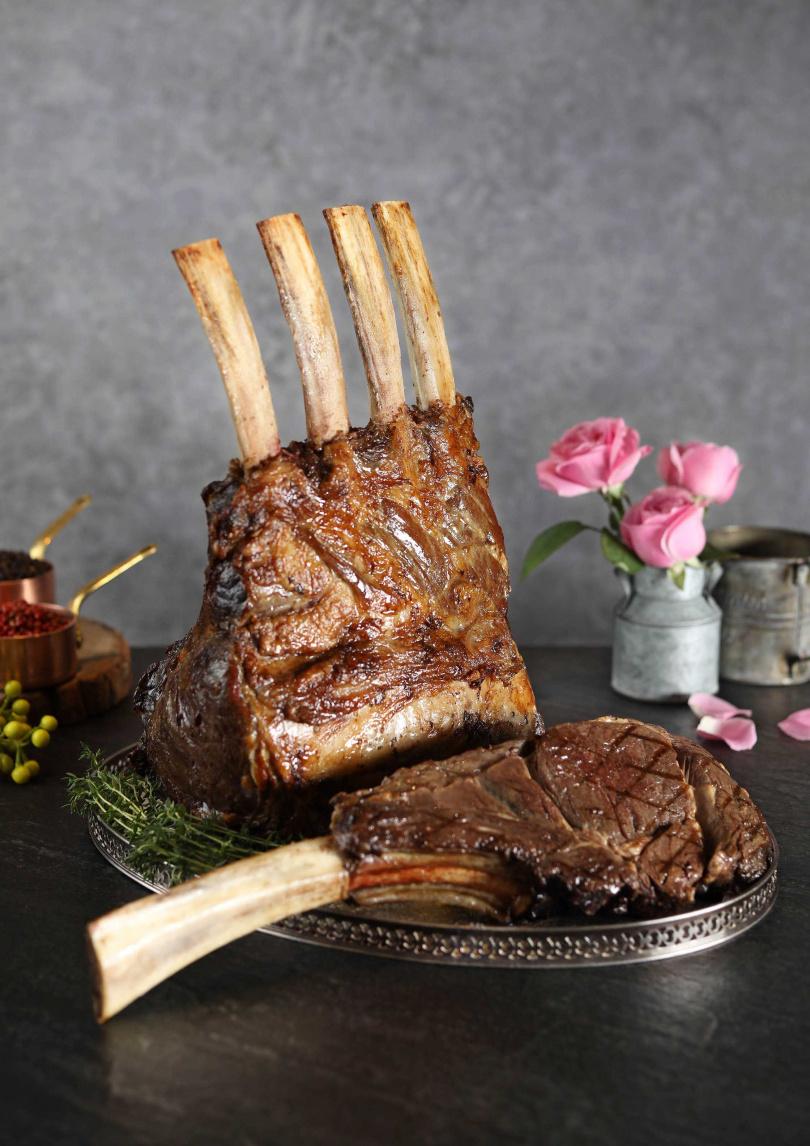 肉質肥潤的澳洲穀飼帶骨肋眼戰斧牛排,霸氣十足!(圖片提供/50樓Café)