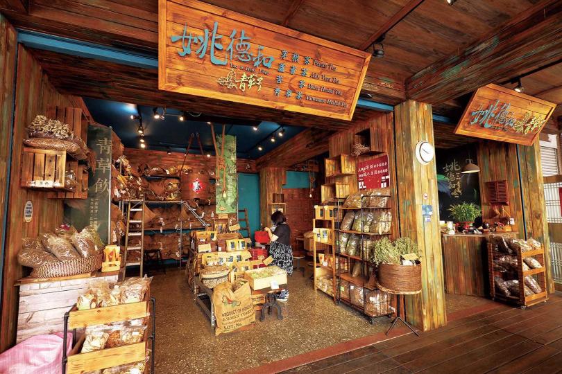 改裝後的「姚德和青草號」,以木質工業風呈現,而原本店內的歷史感,也都被細心保留。(圖/于魯光攝)