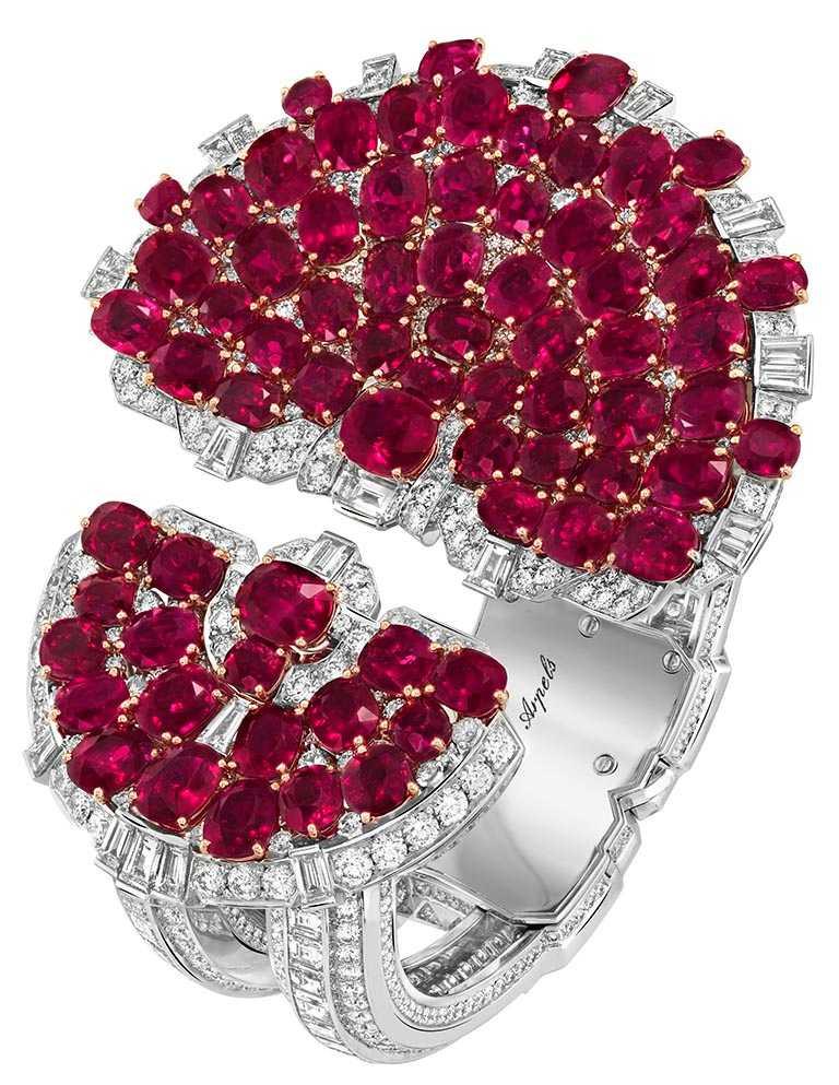 Van Cleef & Arpels「Rubis en Scène手鐲」,白K金、玫瑰金、鉑金、72顆共重84.74克拉的枕形切割緬甸紅寶石 、紅寶石、鑽石。(圖╱Van Cleef & Arpels提供)