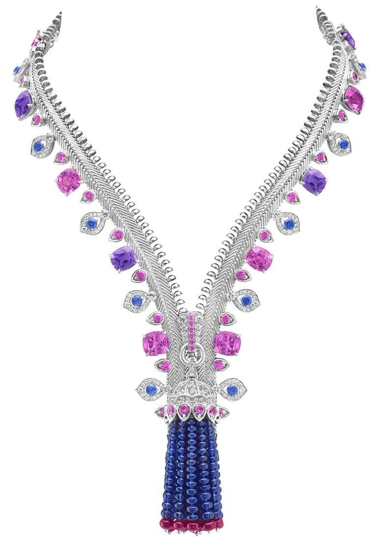 Van Cleef & Arpels「Zip Antique Cadence Joyeuse可轉換式項鍊」,白K金、15顆墊形切割粉紅色和淡紫色藍寶石,共重56.54克拉;藍色和粉紅色藍寶石、紅寶石、鑽石,現正於台北101購物中心3樓展示。(圖╱Van Cleef & Arpels提供)