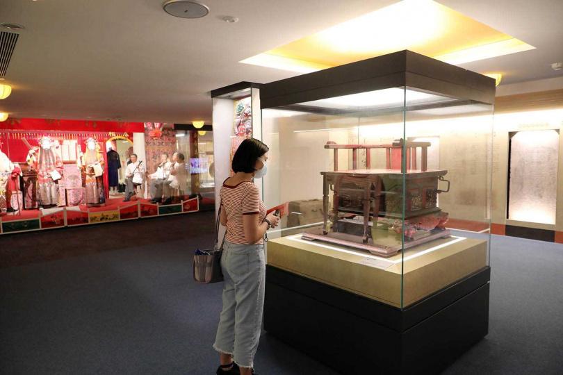 長和宮後方的香客大樓,設有「文物展示館」,展出當年媽祖神像來台時的神轎及服飾等文物。(圖/于魯光攝)