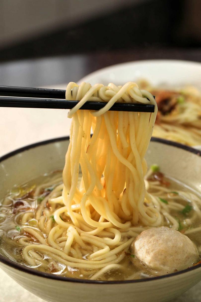 暖呼呼的湯麵加上手打貢丸,就是簡單美味的一餐。(60元)(圖/于魯光攝)