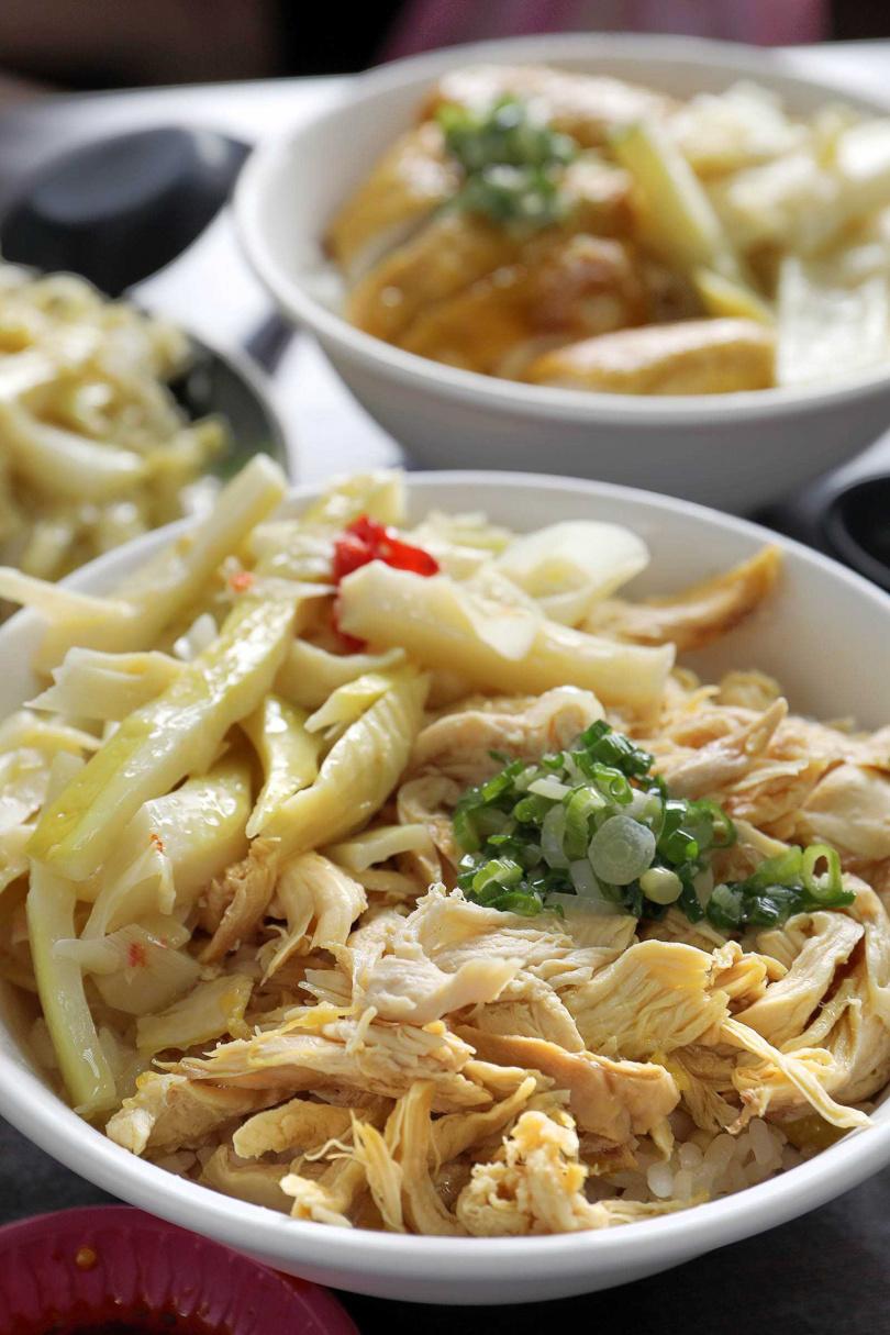 「文昌雞絲飯」鋪滿軟嫩不柴的雞絲、淋上雞油,再添點辣椒更是美味。(75元)(圖/于魯光攝)